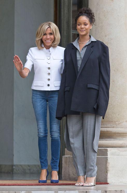 לא מוותרת על המראה המוכר: סקיני ג'ינס וחולצת ז'קט של לואי ויטון. מקרון עם ריהאנה (צילום: AP)