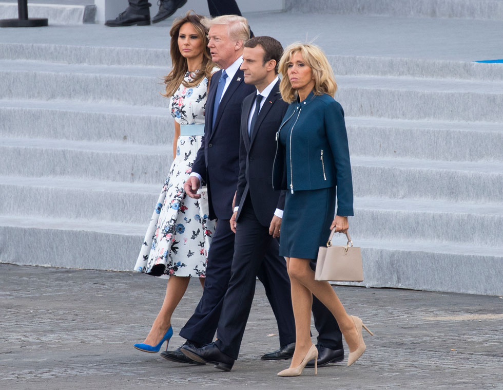 מקרון שומרת אמונים לבית האופנה הצרפתי לואי ויטון, עם חליפת חצאית כחולה בעלת רוכסנים חשופים ממתכת (צילום: AP)