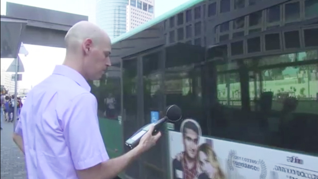 מדידת רעש של אוטובוסים. העוצמה בתחנה עלולה להיות כפולה ()