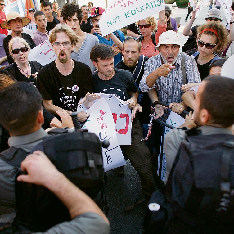 """שרון (במרכז) בהפגנה בסילוואן ב- 2010 . """"בשנים האחרונות התנתקנו מהשטח. אנחנו מעדיפים להביע את העמדות שלנו במחקרים"""""""
