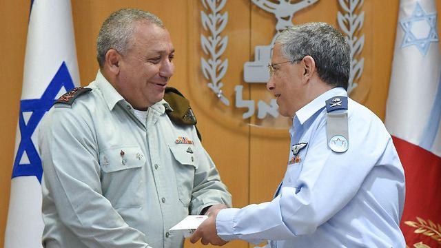 Lt. Gen. Gadi Eisenkot congratulating Maj. Gen. Amir Eshel (Photo: IDF Spokesperson's Unit)