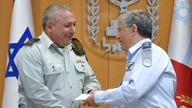 """הרמטכ""""ל איזנקוט מברך את המפקד היוצא, אמיר אשל (צילום: דובר צה''ל) (צילום: דובר צה''ל)"""