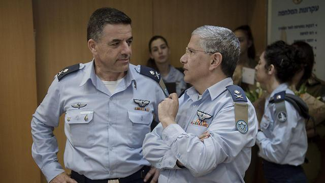 Maj. Gen. Amikam Norkin (L) with former IAF chief Maj. Gen. Amir Eshel (Photo: IDF Spokesperson's Unit)