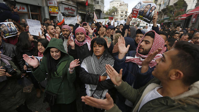Protesters rally at an anti -government demonstration calling for Palestinian President Mahmoud Abbas to resign and an end to security cooperation with Israel, in the West Bank city of Ramallah (Photo: AP)