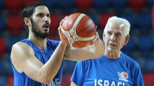 Israeli NBA player Omri Caspi, left, playing in the Israeli national team (Photo: Oren Aharoni)
