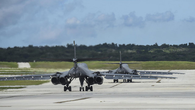 """""""הפתרונות הצבאיים מוכנים וחמושים"""". מפציצים אמריקניים בגואם (צילום: U.S. Pacific Command)"""