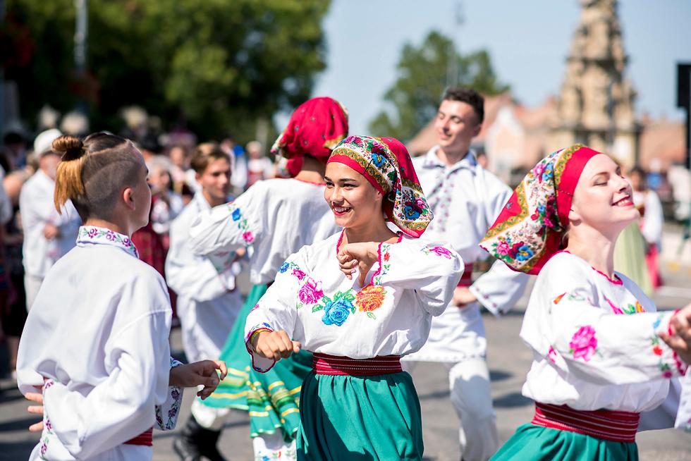 רקדנים בפסטיבל פולקלור בבוניהד, הונגריה (צילום: EPA)