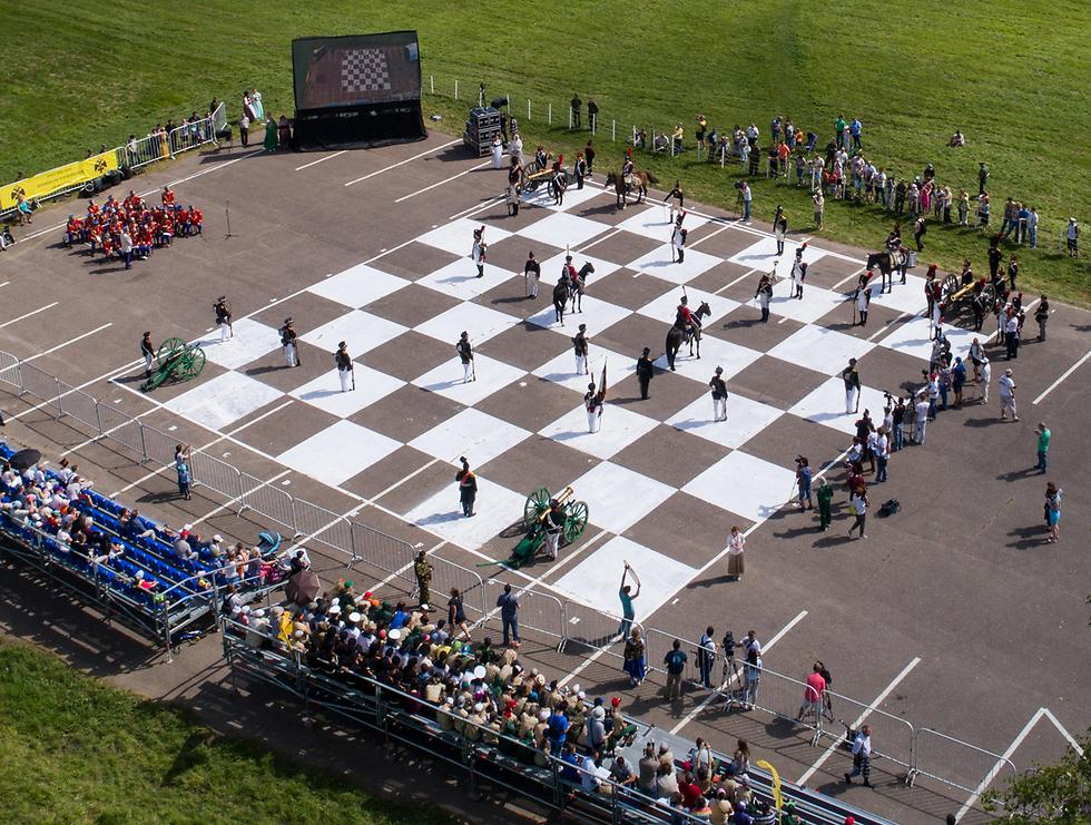 אנשים לבושים ככלי שחמט בפסטיבל ברוסיה (צילום: MCT)