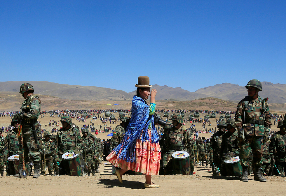 תהלוכה לרגל יום השנה להקמת הצבא בבוליביה (צילום: רויטרס)