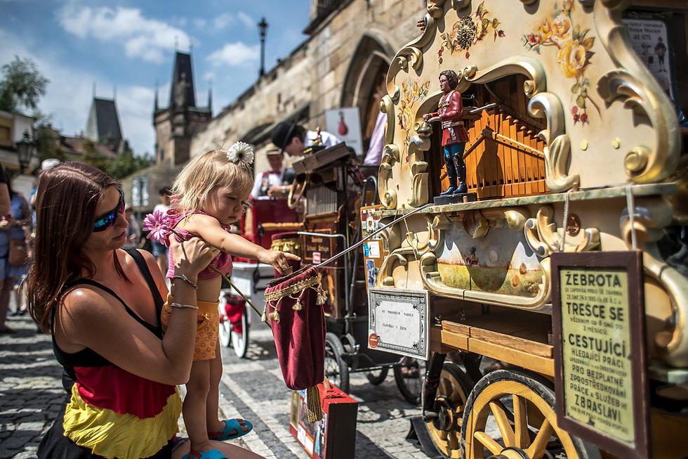פסטיבל תיבות נגינה בפראג, צ'כיה (צילום: EPA)