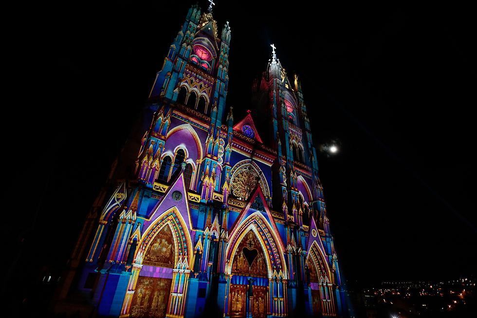 כנסייה מוארת בפסטיבל האור בקיטו, אקוודור (צילום: EPA)