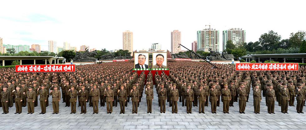 מפגן תמיכה שארגן לעצמו המשטר של צפון קוריאה בבירה פיונגיאנג (צילום: רויטרס)