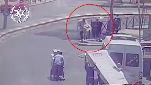 ניסתה לדקור אדם וזה הצליח לחמוק  (צילום: דוברות המשטרה)