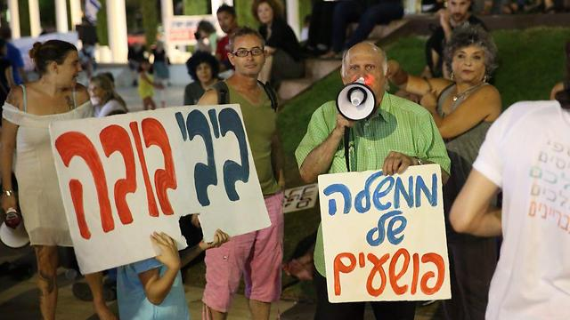 Protesters in Tel Aviv calling on AG to push forward with PM's investigations (Photos: Motti Kimchi)