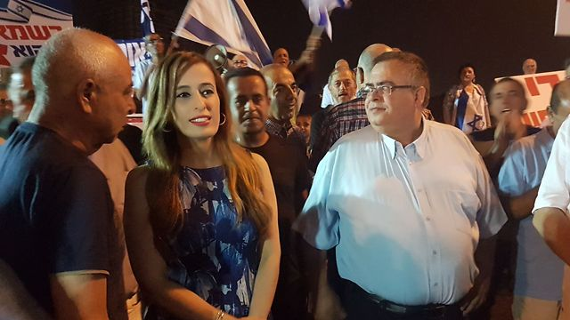 MKs Nava Boker and David Bitan at the pro-Netanyahu protest in Petah Tikva (Photo: Yair Sagi)