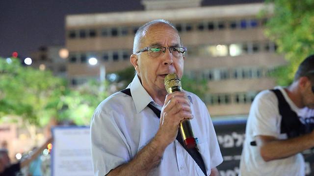 מוטי אשכנזי בהפגנה בתל אביב (צילום: מוטי קמחי)