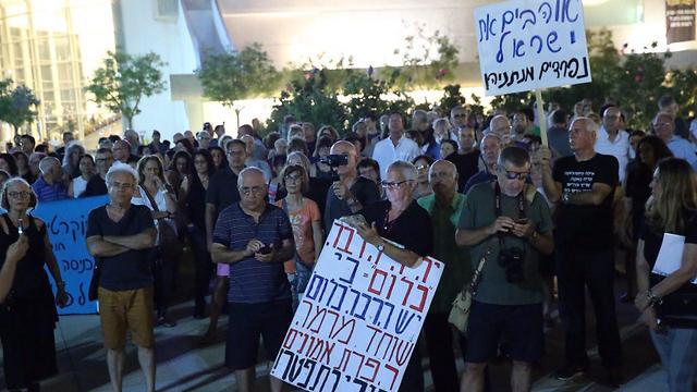 מפגינים בתל אביב (צילום: מוטי קמחי)