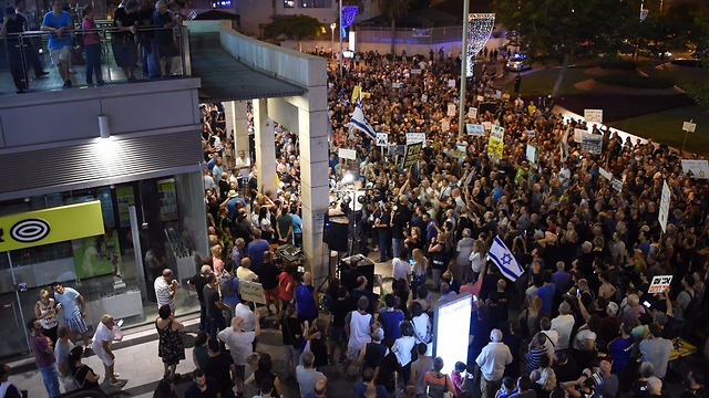 Protesters in Petah Tikva calling on AG to push forward with PM's investigations (Photos: Yair Sagi)