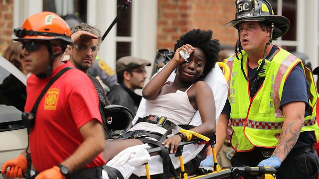 אחת הפצועות בדריסה מפונה על אלונקה (צילום: AFP)