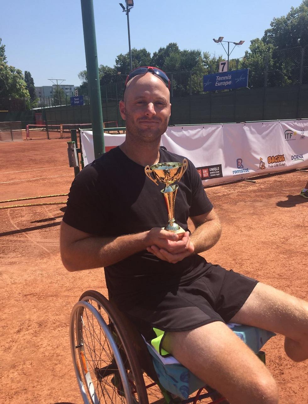 אדם ברדיצ'בסקי עם הגביע (צילום: באדיבות הוועד הפראלימפי)