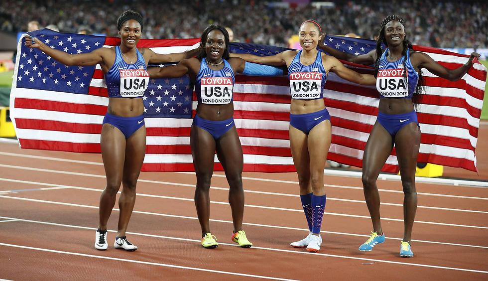 """הנשים של ארה""""ב חוגגות ניצחון ב-4X100 מטר (צילום: רויטרס)"""