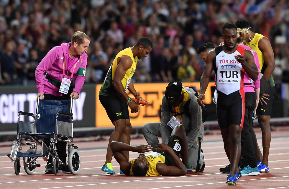 בולט מקבל טיפול על המסלול (צילום: AFP)