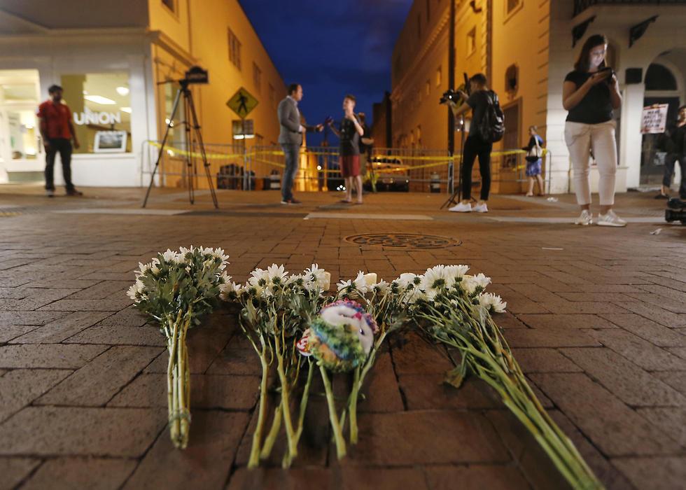 זרי פרחים שהונחו בזירת הדריסה (צילום: AP)