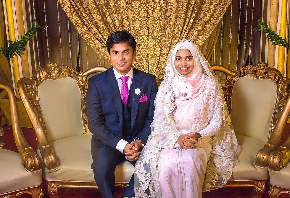 תסנים ג'רה ובעלה ביום חתונתם, ללא איפור וללא תכשיטים (צילום: AFP)