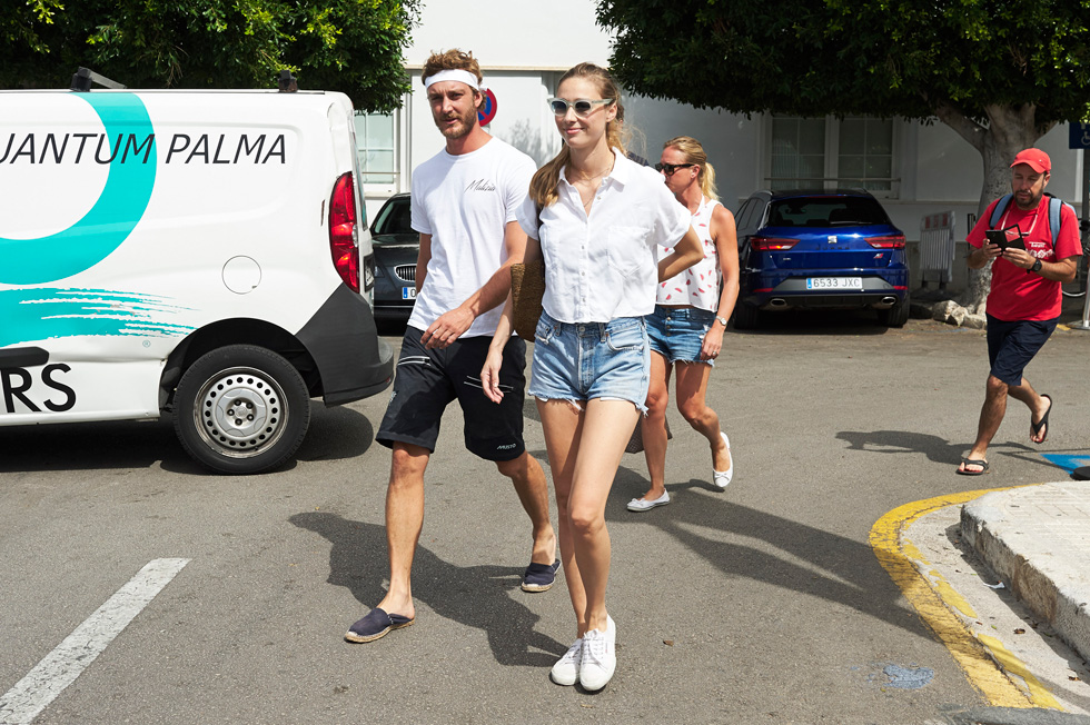ביאטריס בורומאו בחופשה במיורקה. חולצה לבנה, מכנסוני ג'ינס גזורים ונעלי סניקרס לבנות של המותג סופרגה, שכבר ראו ימים בהירים יותר (צילום: Gettyimages)