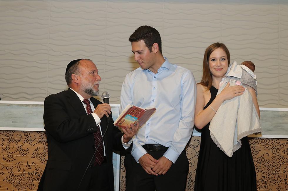 דוד ושלי עציוני עם הבת מיה, ואיציק כהן מברך (צילום: וניל) (צילום: וניל)