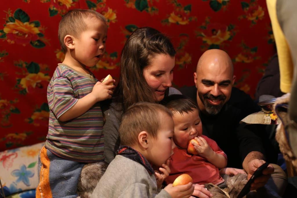 חבר המשלחת עם ילדים משבט הננץ (צילום: MyHeritage)