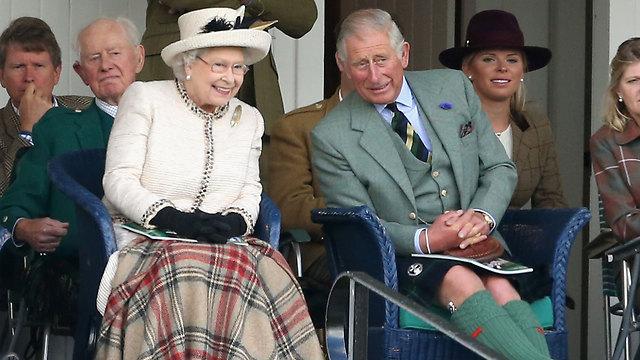 המלכה אליזבת עם בנה הנסיך צ'ארלס (צילום: gettyimages) (צילום: gettyimages)