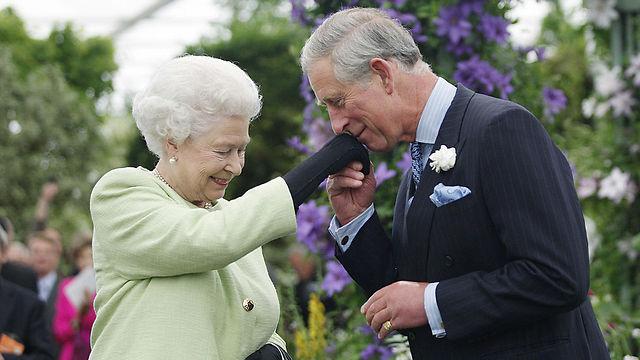 תעניק את הכתר עוד לפני מותה? אליזבת' וצ'רלס (צילום: gettyimages)