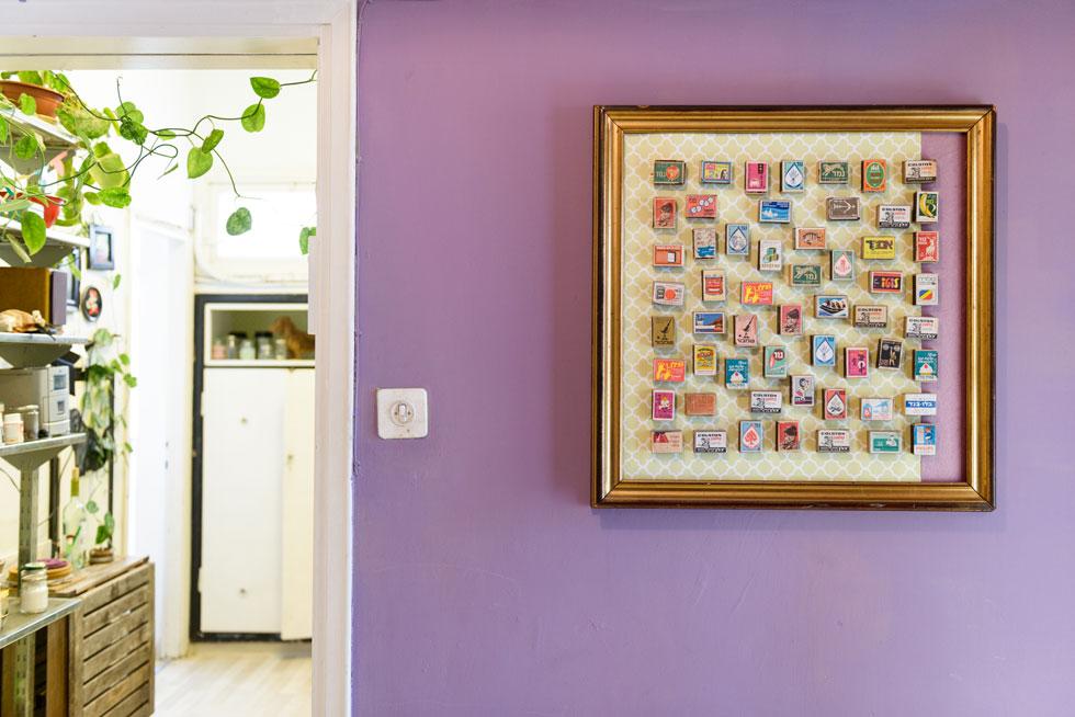 המבואה נצבעה בסגול, וכאן, ליד דלת המטבח, אוסף קופסאות הגפרורים של חגי ממוסגר בזהב (צילום: אדריאן דודה)