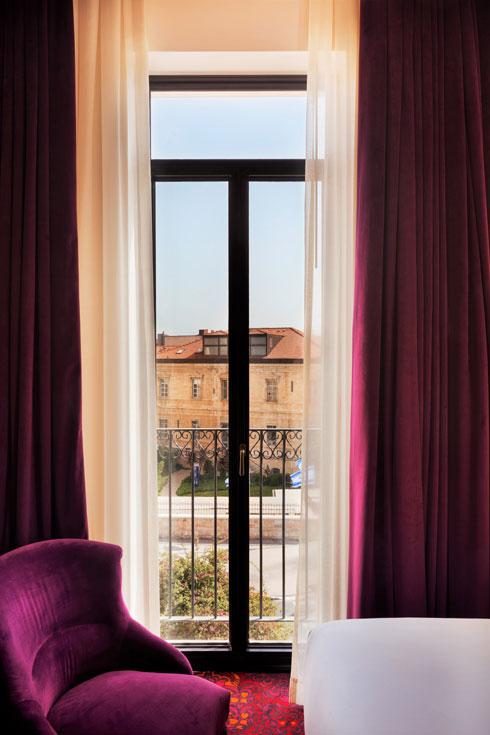 הנוף מאחד מחדרי המלון המחודש (צילום: אסף פינצ'וק)