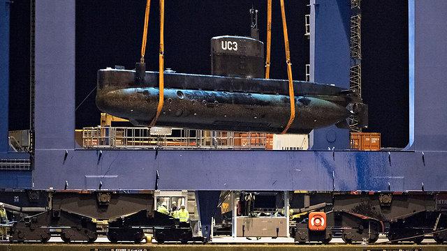 החזרת הצוללת ליבשה בסוף השבוע (צילום: EPA)