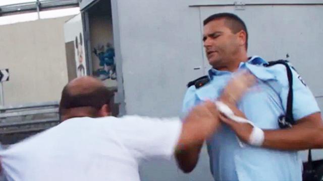 Protestor attacking policeman (Photo: Israel Police)