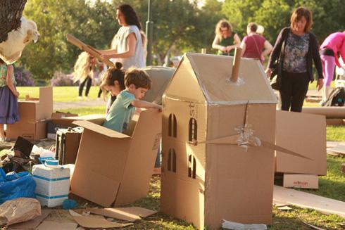 הקמת עיר מקרטון יוצרת ומחזקת משפחתיות וקהילתיות (צילום: נעמה אורבך)