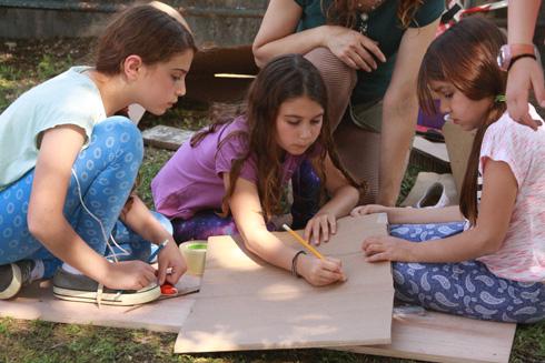 אם המסיבה מיועדת בעיקר לילדים - חשוב שיהיו במקום מבוגרים שיוכלו לעזור בחיתוך, אחרת לא תספיקו לבנות הרבה (צילום: נעמה אורבך)