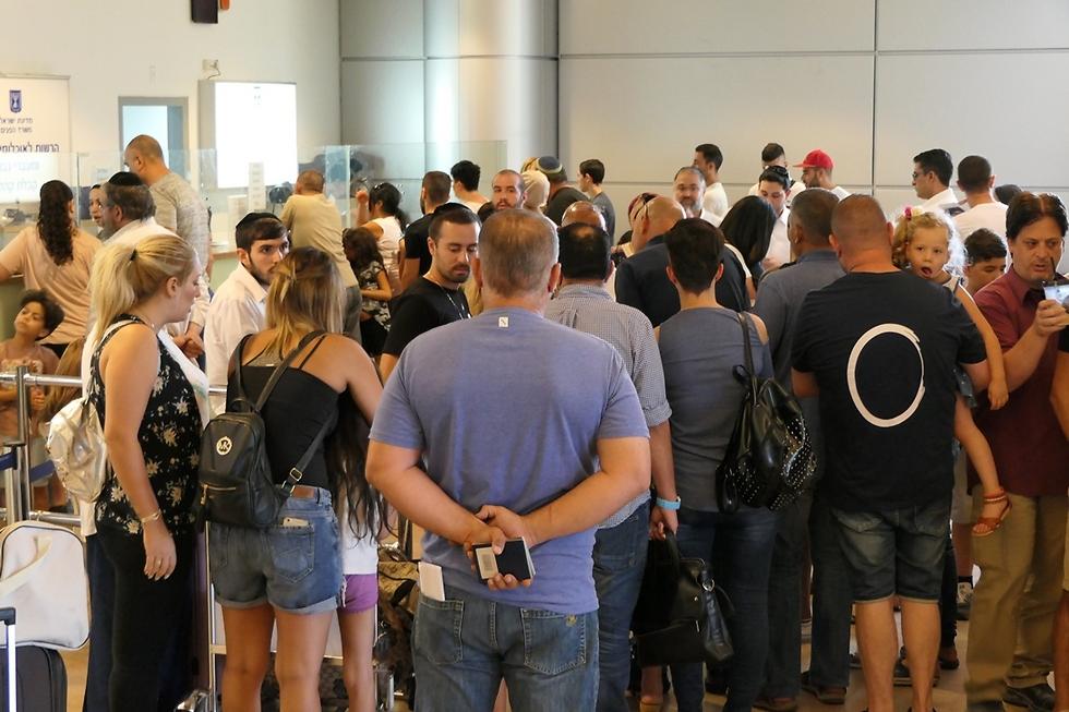 אזרחים ממתינים בתור לדרכונים (צילום: דני שדה) (צילום: דני שדה)