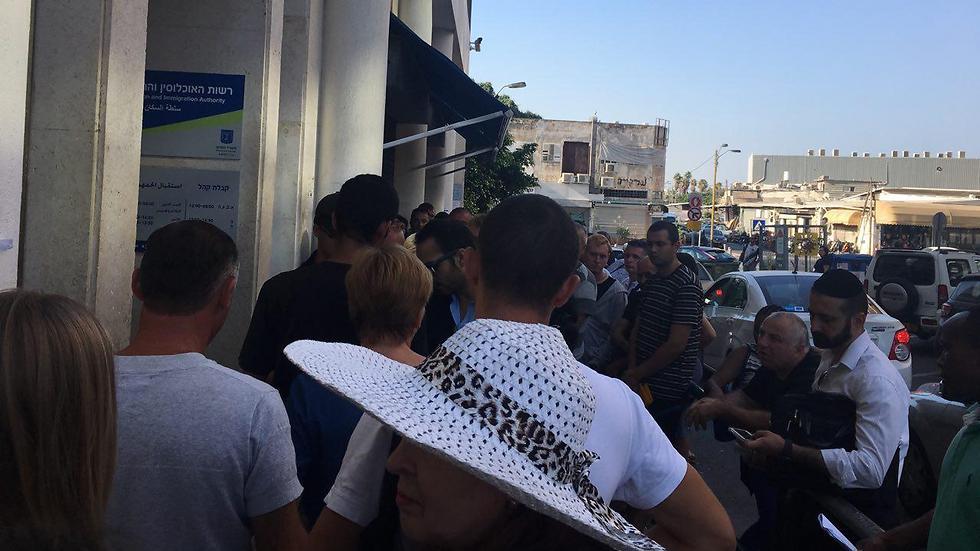 התור מתחיל ברחוב, ליד העובדים הזרים שישנים על ארגזים (צילום: שירי הדר)