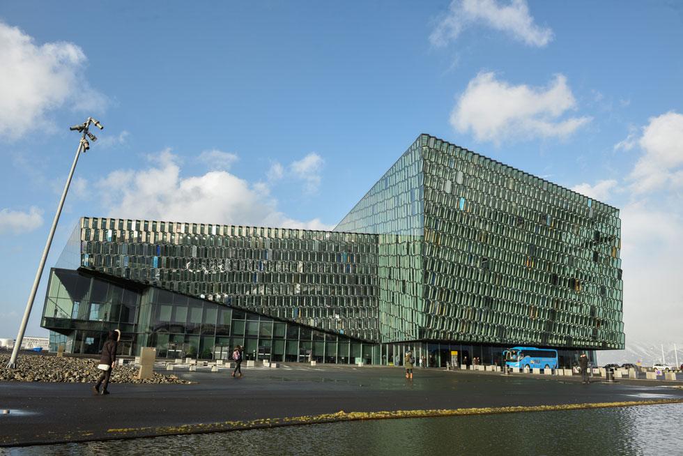 """אולם הקונצרטים והכנסים """"הארפה"""" תוכנן כמרכז התרבות הגדול באיסלנד. חזיתות המבנה בנויות ממעין גבישי זכוכיות צבעוניים, המטילים על הסביבה השתקפויות צבעוניות משתנות (צילום: GettyImages)"""