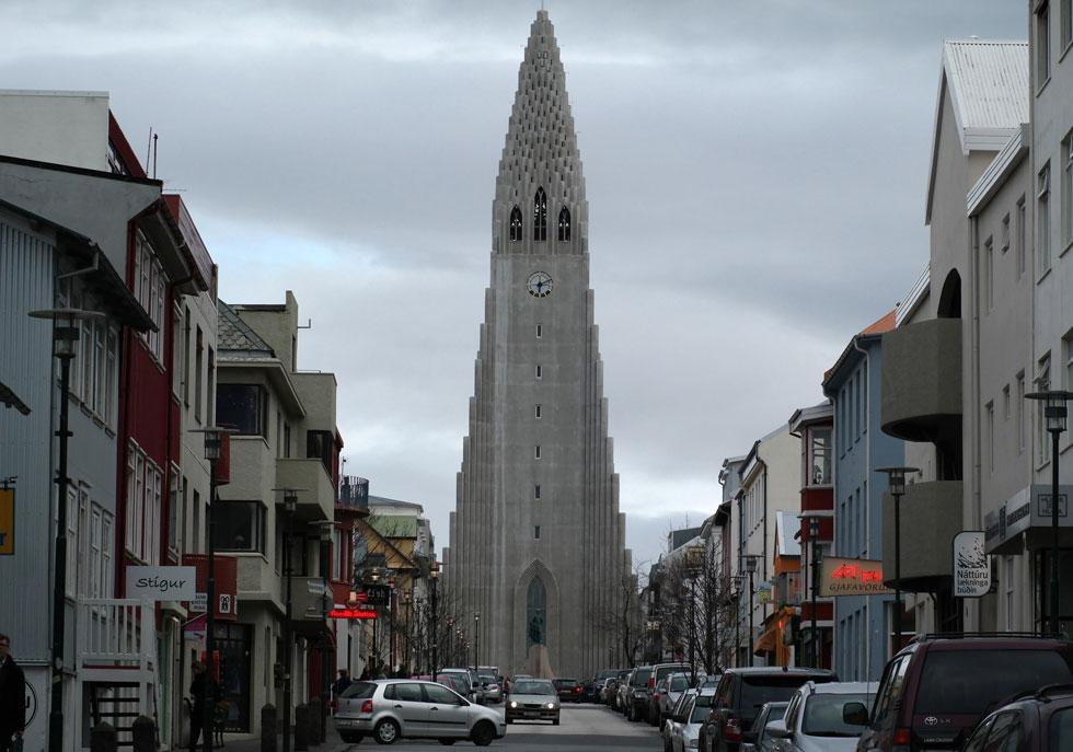 """כנסיית """"הדלגרים"""" האיקונית הפכה לסמלה הלא רשמי של הבירה. בנייתה נמשכה 41 שנים, והיא הכנסייה הגדולה באיסלנד. מגדל הפעמון שלה, המתנשא לגובה 74.5 מטרים, הוא המבנה השני בגובהו באי (צילום: GettyImages)"""