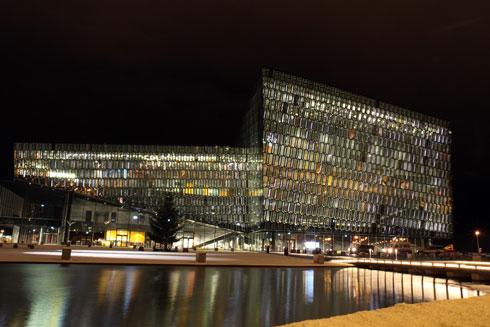 גובהה של חזית הזכוכית של האולם 41 מטרים ויש בה למעלה מ-1,000 גבישי זכוכית ופלדה המדמים את גבישי הבזלת הנפוצים באי (צילום: AP)