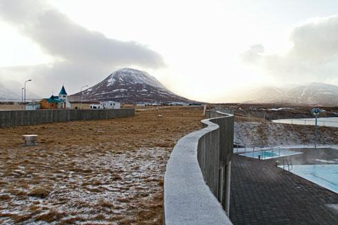 קיר הבטון מגן מפני הרוח גם על טובלי בריכות הג'קוזי הלא מקורות. והמים - מי מעיינות חמים (צילום: © Rafn Sigurbjornsson)