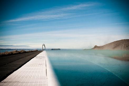 בריכת הכפר היא אחת מהבריכות היפות באיסלנד. התאורה בסביבתה צומצמה כדי לאפשר לשוחים בלילה לצפות באור הכוכבים (צילום: © Gudmundur Benediktsson)