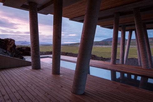 עמודי הבטון תומכים באגף החדש של המלון, המקרה את בריכת השחייה. ב-45 חדרי המלון נעשה שימוש בחומרים ממוחזרים (Minarc Architects, photo: Art Gray)