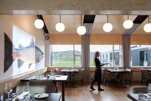 את חומרי הגלם לבישול ומוצרי המזון לאורחי המלון מספקים חקלאי הסביבה עמם נחתם הסכם סחר הוגן (Minarc Architects, photo: Art Gray)