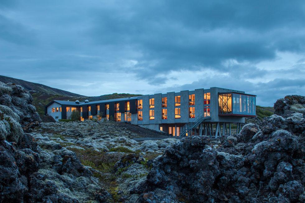 """בית המלון היוקרתי """"איון"""" נבנה על חורבות מגורי צוות העובדים של תחנת כוח סמוכה. האגף החדש שלו תוכנן כך שייראה כמרחף על ענן. עיצוב המלון מגלה רגישות סביבתית, אך מאפשר לאורחיו האמידים לדלג על שירותי האירוח של תושבי הכפרים בסביבה (Minarc Architects, photo: Art Gray)"""