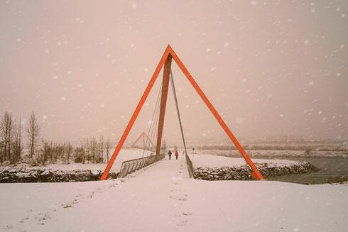 הגשרים בשלג. קר שם. למרות ששני הגשרים זהים בצורה ובגודל הם נראים שונים  (צילום: Hans-Olav Andersen)